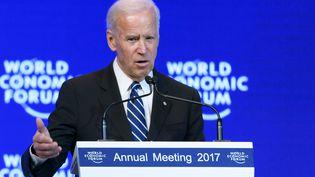 Le vice-président américain Joe Biden prononce son discours au Forum économique mondiale, à Davos (Suisse), le 18 janvier 2017. (FABRICE COFFRINI / AFP)