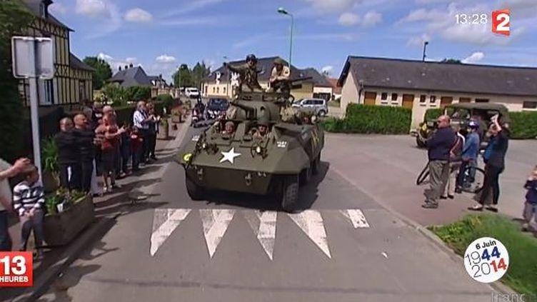 Des collectionneurs circulent dans un véhicule de guerre rénové, en Normandie. ( FRANCE 2 / FRANCETV INFO)