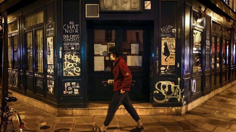 Un bar fermé à Paris, le 6 octobre 2020.  (THOMAS COEX / AFP)