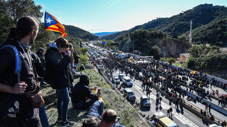 Des manifestants sur l'autoroute A9, le 11 novembre. (MICHEL CLEMENTZ / MAXPPP)