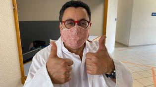 Un radiologue de Roman-sur-Isère dans la Drôme porte un masque de protection en tissu réalisé par l'entreprise de jeans 1083. Mars 2020 (1083)