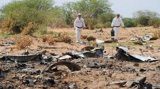 Des enquêteurs travaillent sur les lieux du crash du vol d'Air Algérie, au Mali, le 29 juillet 2014. (SIA KAMBOU / AFP)