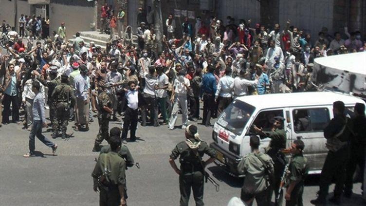 Manifestants faisant face aux forces de sécurité yéménites, le 3 avril 2011 à Taëz (AFP / STR)