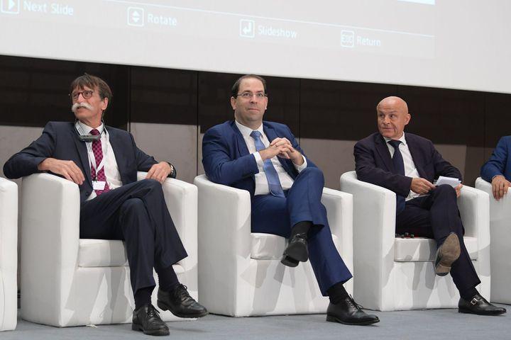 Le premier ministre tunisien, Youssef Chahed (au centre), assiste auprès de Jérôme Bouvier (à gauche), président de l'association Journalisme et citoyenneté, à l'ouverture des Assises du journalisme, le 15 novembre 2018 à Tunis. (FETHI BELAID/AFP)