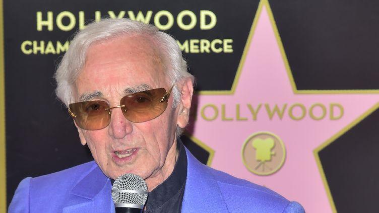 Charles Aznavour, lors de l'inauguration de son étoile sur le célèbre Walk of Fame à Los Angeles (États-Unis), le 24 août 2017. (FREDERIC J. BROWN / AFP)