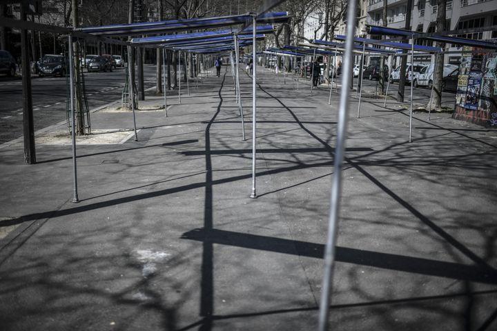 Un marché fermé le 26 mars 2020, à Paris, en raison de l'épidémie de Covid-19. (STEPHANE DE SAKUTIN / AFP)
