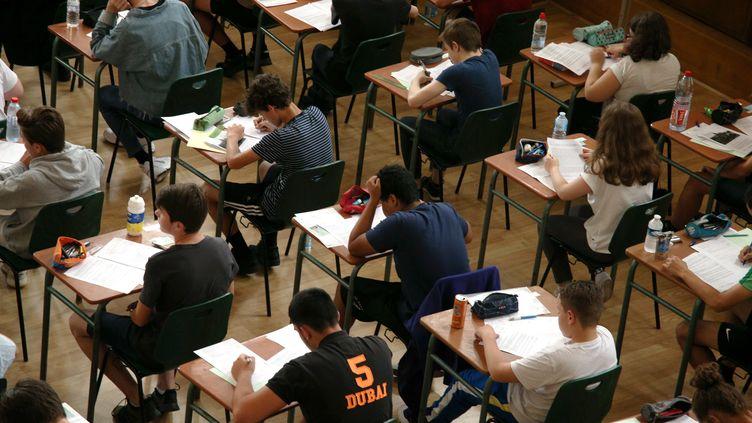 Des collégiens planchent lors des épreuves de français du brevet des collèges, le 1er juillet 2019 à la Cité scolaire Charlemagne de Thionville (Moselle). (MAXPPP)