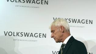 Le nouveau PDG de Volkswagen, Matthias Mueller, après une conférence de presse à Wolfsburg, en Allemagne, le 25 septembre 2015. (FABIAN BIMMER / REUTERS)