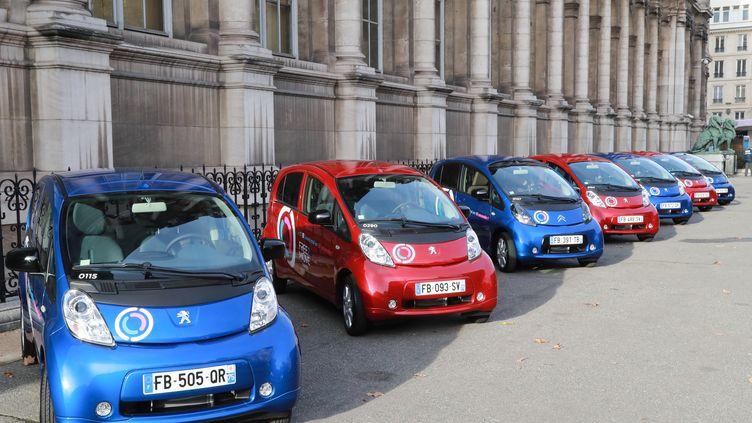 Des voitures électriques du service Free2Move à Paris présentées devant l'Hôtel de ville, le 29 novembre 2018. (JACQUES DEMARTHON / AFP)