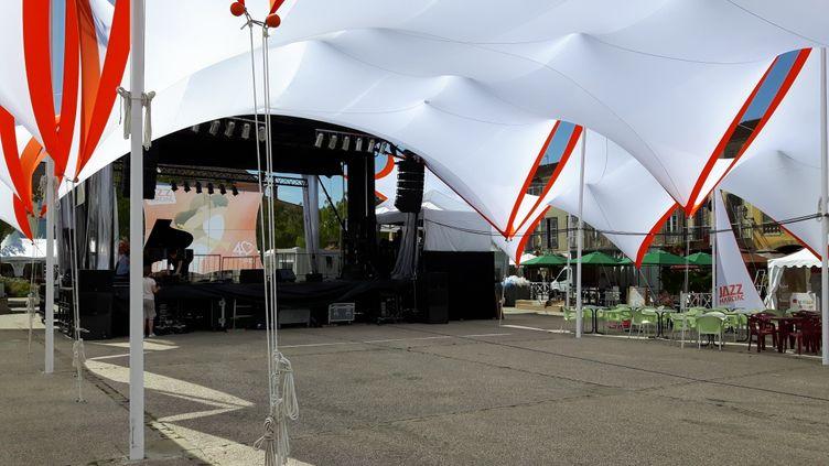 La scène du festival bis sur la place de Marciac où se déroulent les concerts gratuits, en juillet 2017. (ANNE CHÉPEAU / FRANCEINFO)