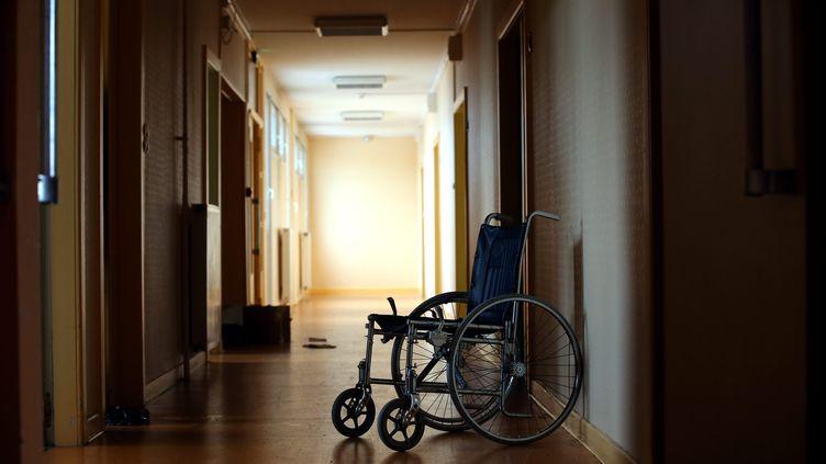 Les établissements accueillant les personnes handicapées ne sont pas équipés pour traiter les cas graves de coronavirus (illustration). (LIONEL VADAM  / MAXPPP)