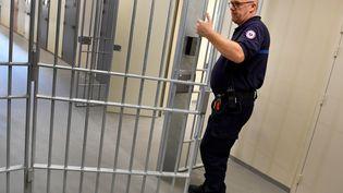 Un surveillant pénitentiaire dans une prison, en juin 2018. (GERARD JULIEN / AFP)
