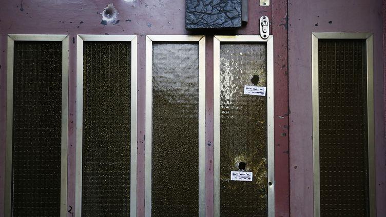 Une fenêtre criblée de balles tirées par Cherik Cherkatt à Strasbourg, le 14 décembre 2018. (RONALD WITTEK / EPA)