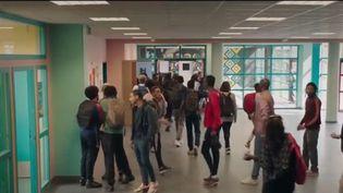 """Le film """"La vie scolaire"""" sort mercredi 28 août dans les salles. Un long métrage corealisé par Mehdi Idir et l'artiste Grand Corps Malade, invité du 20 Heures et accompagné de Zita Hanrot et Liam Pierron. (FRANCE 2)"""