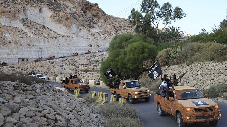 Une colonne de véhicules du Conseil consultatif de la jeunesse islamique, à Derna (Libye), le 3 octobre 2014, après que le groupe a fait allégeance à l'Etat islamique. (REUTERS)