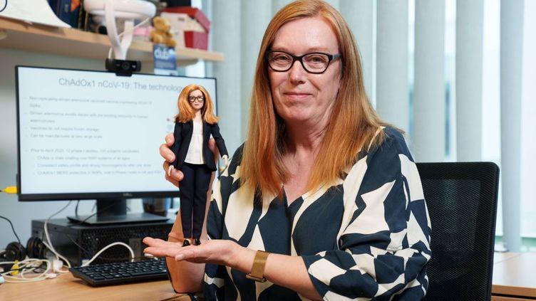 La scientifique britannique Sarah Gilbert, co-créatrice du vaccin d'AstraZeneca, pose avec une Barbie à son effigie à l'université d'Oxford, le 30 juillet 2021. (ANDY PARADISE / SHUTTERSTOCK / SIPA)