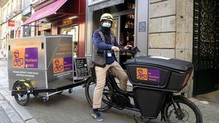 Rennes, le 5 novembre 2020. La livraison à domicile est la seule solution pour les petits commerçants obligés de fermer à cause du confinement. Le site qui met en lien les clients et les commerçants s'appelle Lokkal c'est une plateforme locale qui regroupe aussi bien les commerces alimentaires que non-alimentaires.  (PHOTOPQR / OUEST FRANCE / MAXPPP)