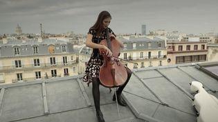 Durant le deuxième confinement, lavioloncelliste Camille Thomas a interprété de la musique classique dans des musées vidé de leur public. (France 3)