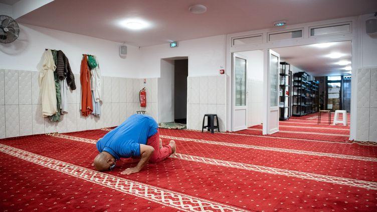 Un homme prie dans une mosquée à Marseille, dans le contexte d'épidémie de coronavirus, en mai 2020. (CLEMENT MAHOUDEAU / AFP)