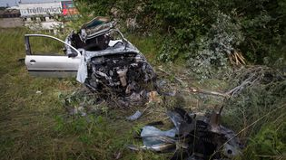 Une voiture accidentée au bord de l'A21, près de Loison (Meuse), le 18 juin 2015. (MAXPPP)
