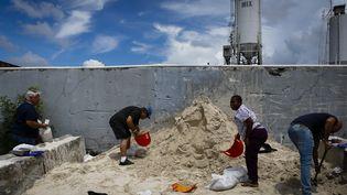 Des habitants de Miami (Floride) se barricadent avec des sacs de sable, à l'ouest de la ville, le 30 août 2019. (EVA MARIE UZCATEGUI / AFP)