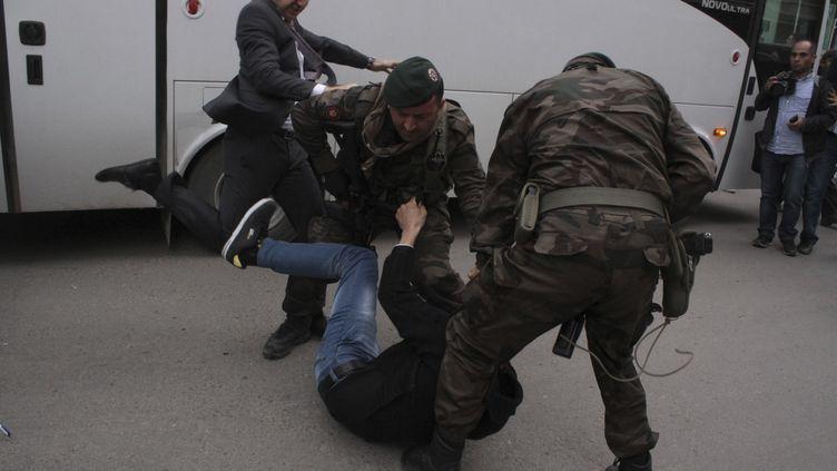 Un manifestant est frappé par Yusuf Yerkel, un conseiller du Premier ministre turc Recep Tayyip Erdogan, à Soma (Turquie) le 14 mai 2014. (REUTERS )