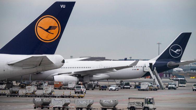 Des avions de la compagnie aérienne Lufthansa à l'aéroport de Francfort (Allemagne), le 20 décembre 2019. (BORIS ROESSLER / DPA / AFP)
