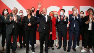 Le ministre des Finances allemand Olaf Scholz, candidat du parti social-démocrate pour la chancellerie, le 26 septembre 2021 à Berlin (Allemagne). (WOLFGANG KUMM / DPA / AFP)