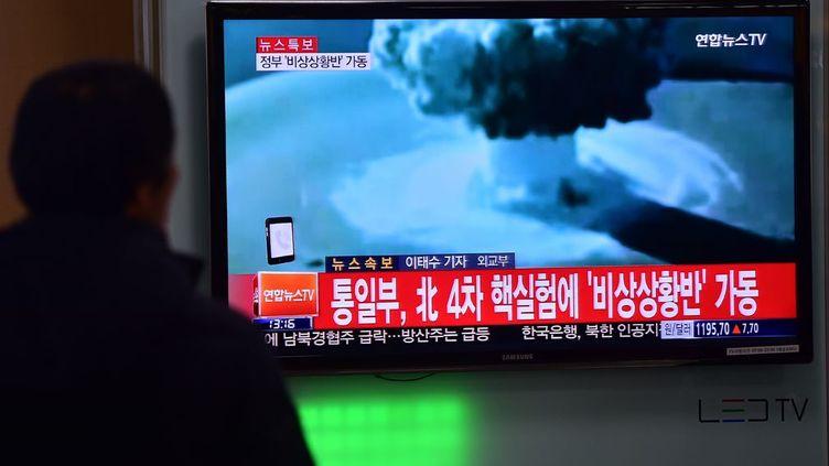 Les écrans se sont contentés de reportages d'archives. Aucune image de l'événement «personnellement ordonné» par le dicateur nord-coréen à deux jours de son anniversaire, selon Pyongyang, n'a été montrée par la Corée du Nord. Aucune preuve cironstanciée n'a été apportée par les autorités nord-coréennes non plus. Mais l'annonce urbi et orbi du «succès» du premier test de la bombe à hydrogène par le régime nord-coréen a suffi pour que le monde entier condamne avec fermeté cette «violation inacceptable des résolutions du Conseil de sécurité», selon les termes de Paris. (JUNG YEON-JE / AFP)