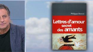 Écrivons-nous tous des lettres d'amour ? Que contiennent-elles selon que l'on est un homme ou une femme ? Le Psychiatre et anthropologue Philippe Brenot tente de répondre à ces questions sur le plateau du 13 heures de France 2. (FRANCE 2)