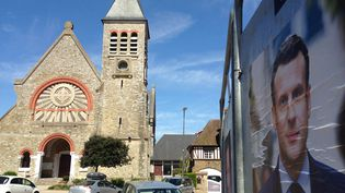 Une affiche officielle d'Emmanuel Macron, près du bureau de vote du Touquet (Pas-de-Calais). (ILAN CARO / FRANCEINFO.FR)