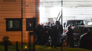 Des membres du Raid interviennent à la prison d'Alençon, à Condé-sur-Sarthe (Orne), le 5 mars 2019. (JEAN-FRANCOIS MONIER / AFP)