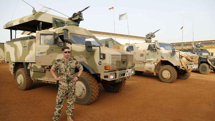 Soldat et véhicule de l'opération Barkhane, dans un camp à Gao. (LAUNETTE FLORIAN / MAXPPP)