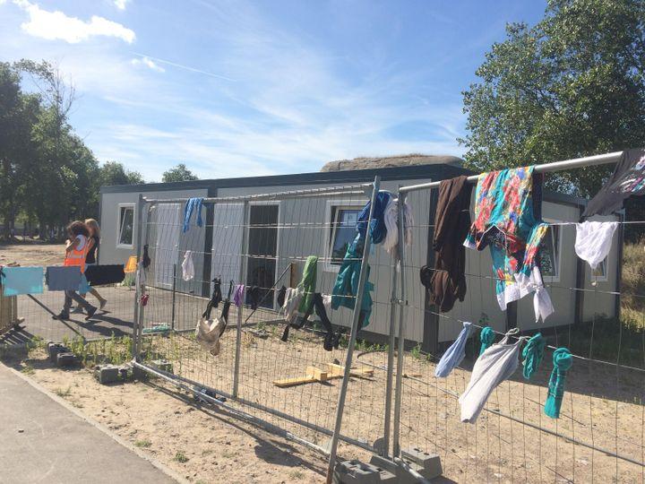 """C'est dans ces préfabriqués que sont donnés les cours aux enfants de la """"jungle"""" de Calais. (KOCILA MAKDECHE / FRANCEINFO)"""