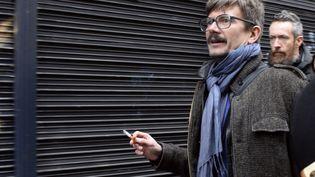 """Le dessinateur Luz arrive à la rédaction de """"Libération"""" pour participer à la première conférence de rédaction de """"Charlie Hebdo"""" après l'attentat, le 9 janvier 2015,à Paris. (BERTRAND GUAY / AFP)"""