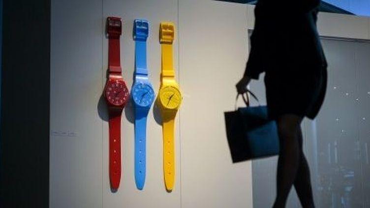 Montres Swatch aux couleurs acidulées exposées lors du Baselworld, salon mondial de l'horlogerie à Bâle, en Suisse. (AFP/FABRICE COFFRINI / AFP)