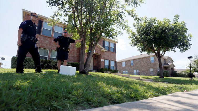 Des policiers montent la garde devant le domicile du suspect de la fusillade de Dallas (Texas), vendredi 8 juillet 2016. (BRANDON WADE / REUTERS)