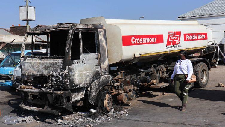 Un camion brûlé après les émeutes à Johannesbourg (Afrique du Sud), le 17 juillet 2021. (XAVIER WEST / SPUTNIK / AFP)