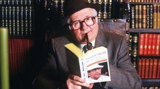 Jean Richard, l'un des interprètes emblématiques de Maigret, tient une biographie de Georges Simenon (1969) (Guilloteau / Sipa)