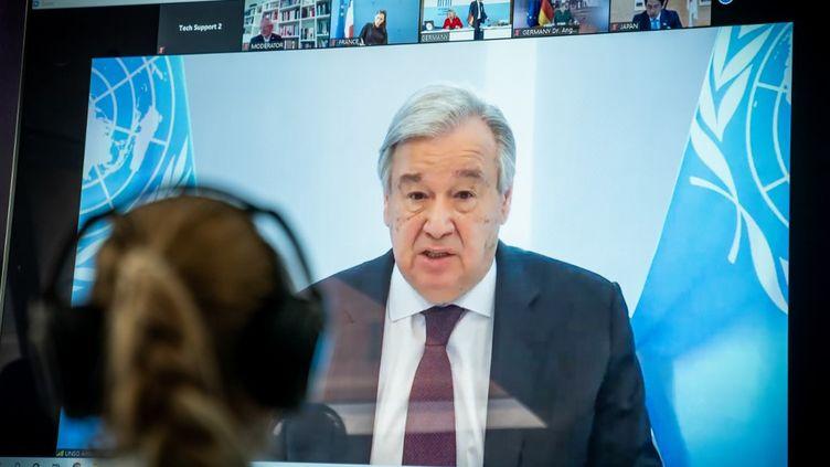 Antonio Guterres, le secrétaire général de l'ONU, sur un écran pendant l'un de ses discours sur le climat, le 28 avril 2020. (MICHAEL KAPPELER / DPA / AFP)