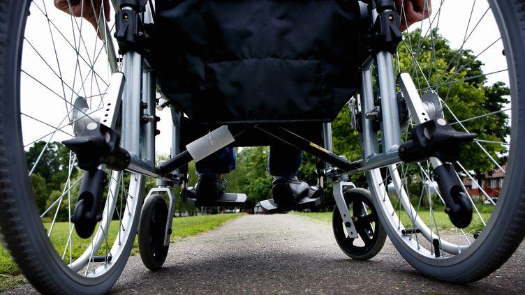 Personne se déplaçant en fauteuil roulant. Image d'illustration. (UNIVERSAL IMAGES GROUP EDITORIAL / GETTY IMAGES)