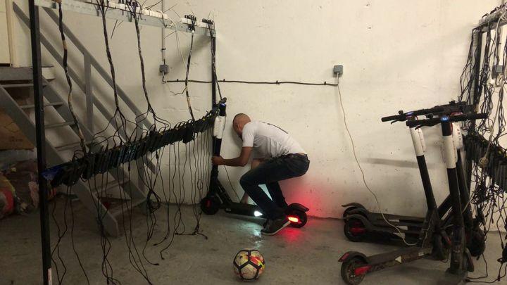Grâce à l'installation qu'il a mise en place dans son local, Imad recharge les trottinettes électriques qu'il a glanées. (CAMILLE ADAOUST / FRANCEINFO)