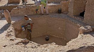 Archéologues et techniciens mettent au jour une cuve de225 m2 dans un gigantesque site de production de vins datant de 1.500 ans, près deYavné, ville du sud israélien (octobre 2021). (MENAHEM KAHANA / AFP)