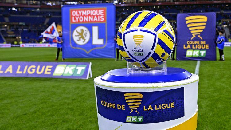 Le trophée de la Coupe de la Ligue avec le sponsor BKT, à Lyon, le 8 janvier 2020. (ST?PHANE GUIOCHON / MAXPPP)