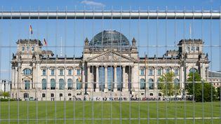 Les vacanciers ont été surpris samedi 5 août par des agents au cours d'une patrouille de routine devant lepalais du Reichstag, à Berlin (Allemagne). (GREGOR FISCHER / DPA / AFP)