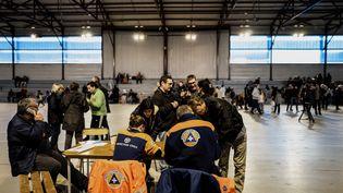 Plusieurs personnes ont trouvé refuge dans des gymnases, ici au Teil (Ardèche), le 11 novembre 2019. (JEFF PACHOUD / AFP)