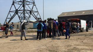 Des migrants recoivent de la nourriture distribuée par une association, le 21 juin 2017, à Calais (Pas-de-Calais). (DENIS CHARLET / AFP)