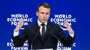 Emmanuel Macron prononce un discoursau Forum économique mondial de Davos (Suisse), le 24 janvier 2018. (FABRICE COFFRINI / AFP)