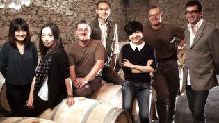La nouvelle propriétaire du château Latour-Laguens,Daisy Cheng (3e en partant de la droite), et son équipe. (VINCENT MALET / CHATEAU LATOUR LAGUENS)