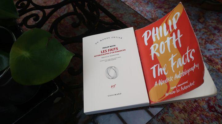 """Couvertures des versions originale et française du livre """"Les Faits"""" de Philip Roth, 22 juin 2020 (Laurence Houot / FRANCEINFO Culture)"""